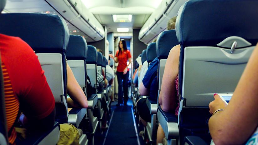Aerolínea obliga a pasajera a cubrirse por vestir de forma