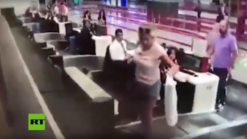 VIDEO: Una viajera se sube a la cinta para equipaje pensando que la llevaría hasta el avión y se lleva una desagradable sorpresa