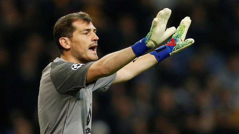 El guardameta español Iker Casillas cuelga los guantes mientras se recupera de su problema de salud