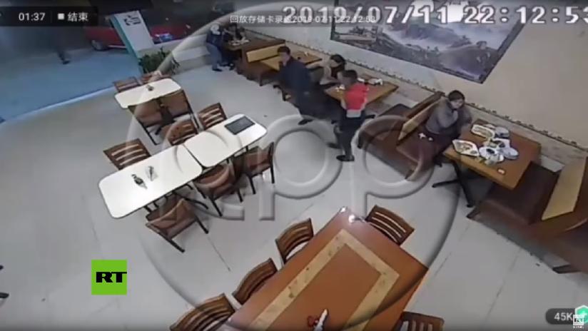 VIDEO: Abandona a la mujer con la que cenaba durante un robo a un restaurante en Perú