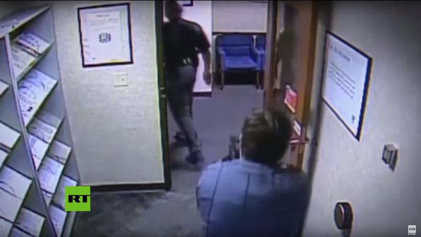 VIDEO: Un guardia de seguridad apunta con su arma a un policía negro por portar una pistola