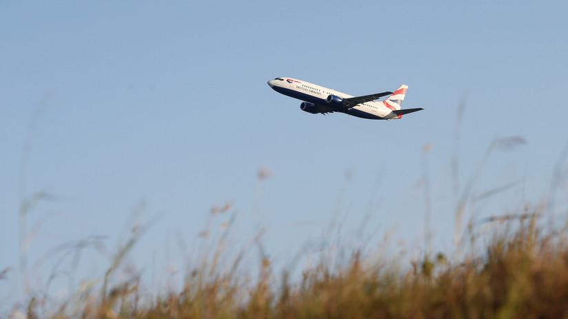 VIDEO: Aviones pasan a pocos metros sobre los turistas en una isla griega