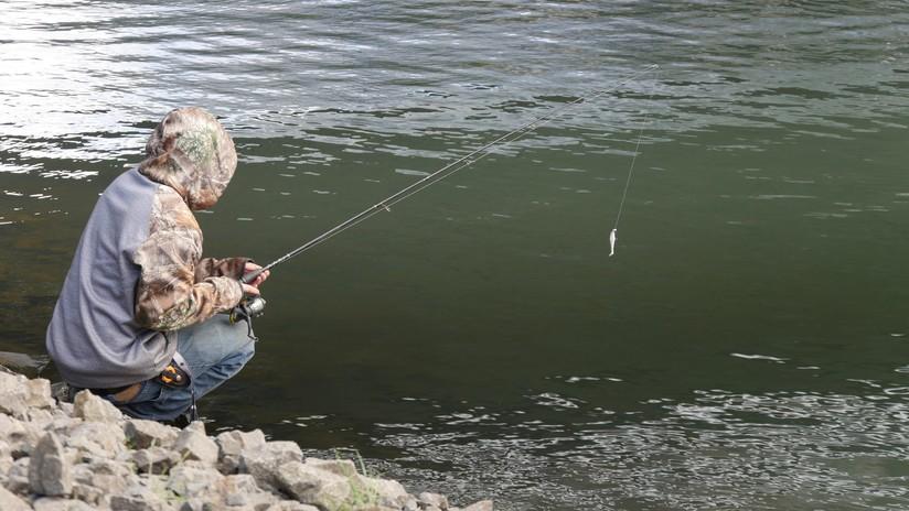 VIDEO: Un pescador se lleva una sorpresa al atrapar a un pez con una gran serpiente hundiéndole los colmillos