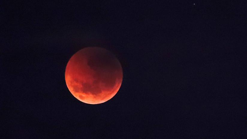 VIDEO: La Luna queda envuelta en la sombra en un eclipse parcial