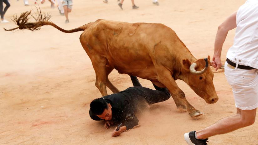 VIDEO: Un corredor queda inconsciente tras ser cogido brutalmente por un toro en el vientre en un encierro en España