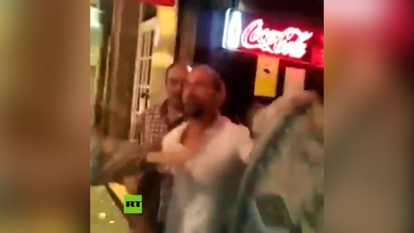 VIDEO: Un hombre golpea brutalmente a varias mujeres en la puerta de un bar en España tras recriminarle una agresión anterior a una amiga