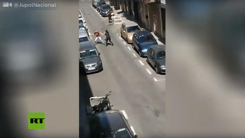 VIDEO: Un hombre arremete con un cuchillo contra varios policías tras una discusión entre vecinos en España