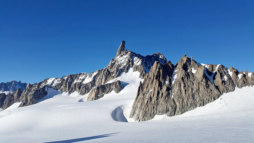 """""""Tiempo para sonar las alarmas"""": alpinista descubre un lago en una zona normalmente congelada del Mont Blanc (VIDEO, FOTO)"""