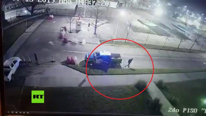 VIDEO: Un reo esposado escapa de un vehículo patrulla en Argentina aprovechando que los policías dormían