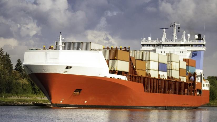 VIDEO: El momento en que un buque portacontenedores fuera de control choca contra la terminal de carga y provoca la caída de una grúa
