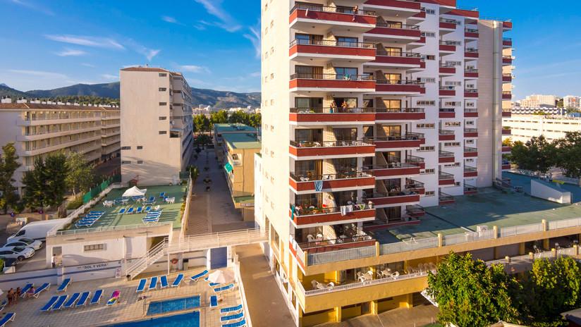 Joven británica culpa a los hoteles con balcón de la muerte de su novio en España