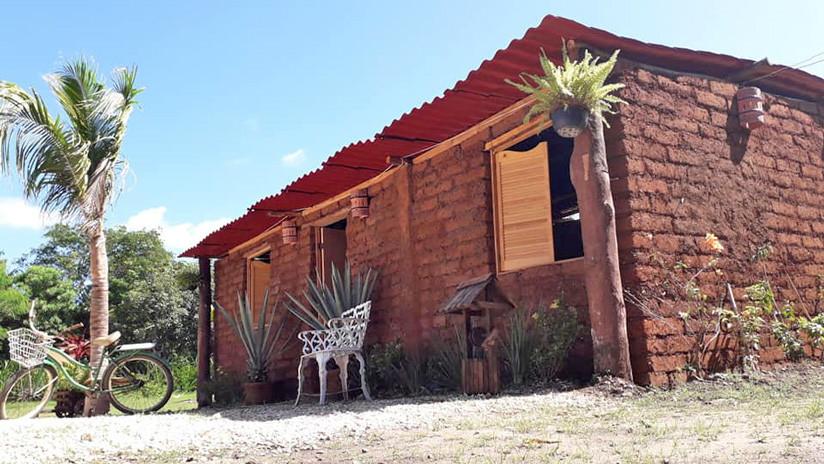 FOTOS, VIDEO: Conozca al 'señor sargazo', el empresario mexicano que construye casas con algas marinas