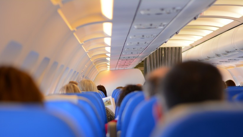"""Un pasajero le pide en el avión a su vecina que """"deje de hablar español"""" y otros ocupantes lo sorprenden con su reacción"""