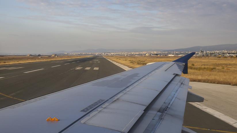 VIDEO: Un hombre trepa al ala de un avión que estaba a punto de despegar y provoca el pánico a bordo