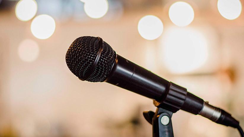 Un monologuista sufre un ataque cardíaco en el escenario y el público cree que es parte del número