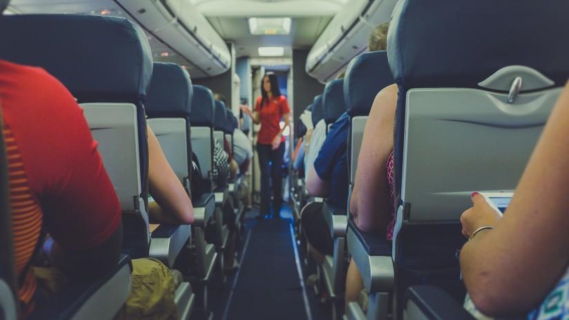 VIDEO: Increpa y golpea con furia a su novio a bordo de un avión por mirar a otras mujeres