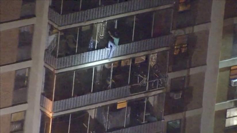 VIDEO: Un hombre escala y desciende 15 pisos por las ventanas de un edificio bajo incendio