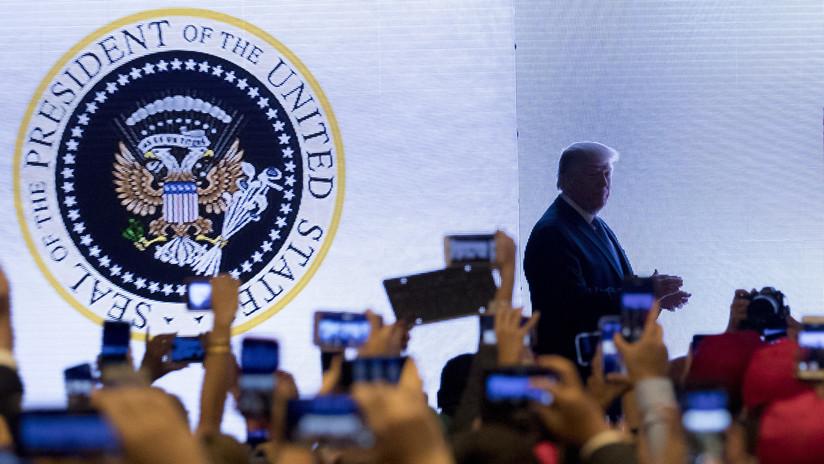 """""""El 45.° es un títere"""": Trump da un discurso ante el Gran Sello de EE.UU. 'photoshopeado' como el escudo ruso y con un mensaje en español"""