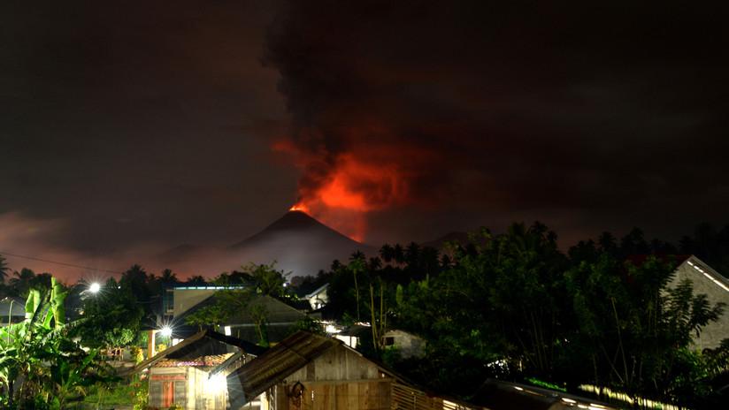 VIDEOS: Ciudadanos huyen despavoridos de una nube de ceniza tras la erupción de un volcán en Indonesia