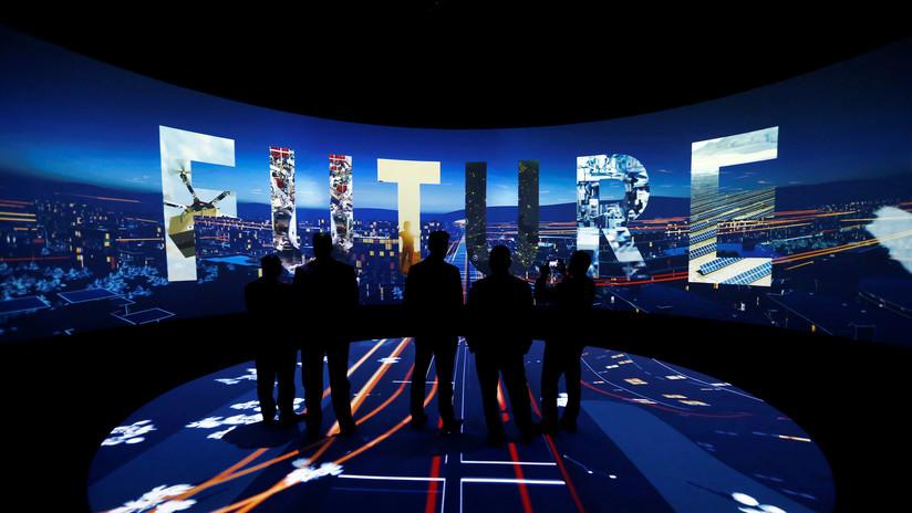 El príncipe saudita planea una ciudad con autos voladores, dinosaurios robot, luna artificial y edición de genes humanos