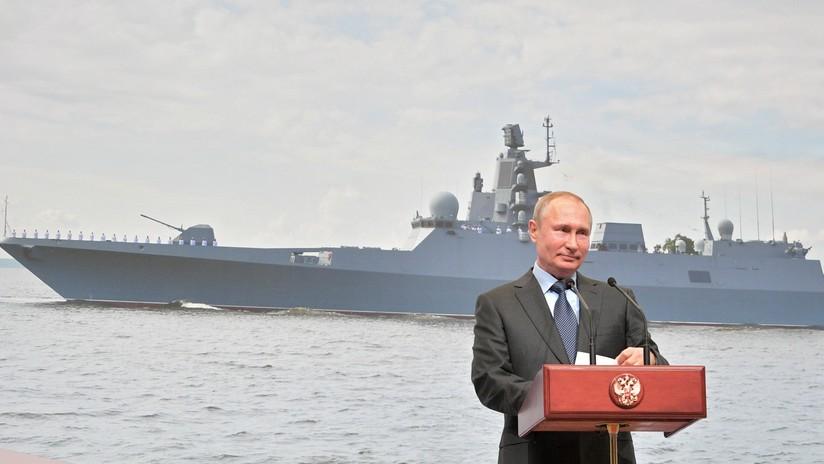 """Putin preside el desfile naval en San Petersburgo: """"Rusia construirá una flota única por sus capacidades"""" (VIDEO)"""