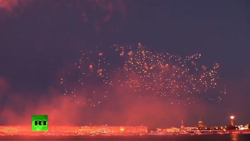 VIDEO: Espectaculares fuegos artificiales iluminan la noche de San Petersburgo en el Día de la Armada rusa