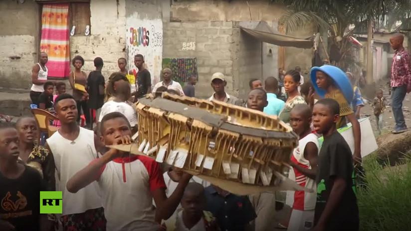 VIDEO: El adolescente congoleño de 14 años que construye estadios en miniatura y que sueña con ser arquitecto