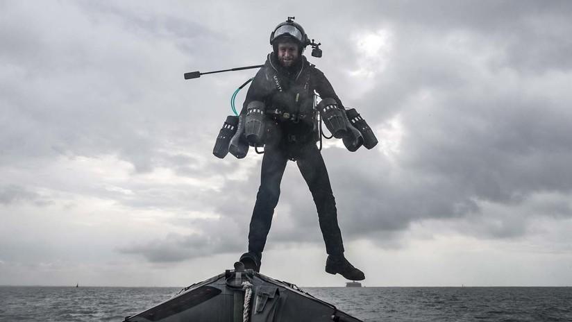 """VIDEO: El """"hombre de hierro de la vida real"""" británico prueba exitosamente un traje especial que le permite 'volar' sobre el agua"""