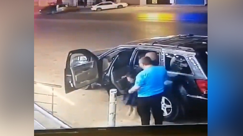 VIDEO: Padre ayuda a su hija a salir de un automóvil momentos antes de ser impactado por otro vehículo