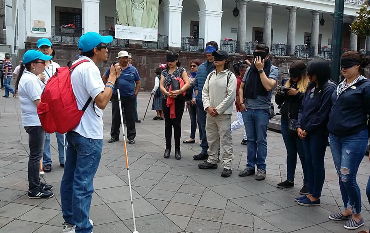 Participantes junto a guías del tour 'Viviendo Quito con sentidos' / Viviendo Quito Con Sentidos