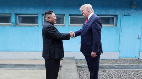 El líder norcoreano, Kim Jong-un, y el presidente estadounidense, Donald Trump, en la zona desmilitarizada entre las dos Coreas el 30 de junio de 2019.