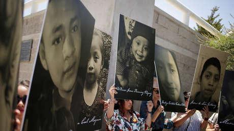 Los activistas sostienen fotos de niños migrantes que murieron bajo la custodia de EE.UU. México, 27 de junio de 2019.