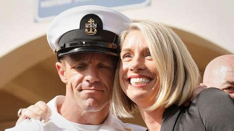 Edward Gallagher con su esposa Andrea al salir de la corte marcial en la Base Naval de San Diego, el 2 de julio de 2019