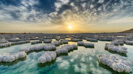 Cristales de sal en la superficie del mar Muerto, junto a la costa israelí