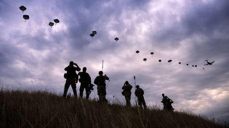 Paracaidistas de la OTAN durante unos ejercicios militares cerca de la localidad de Bezmer, Bulgaria, 18 de julio de 2017