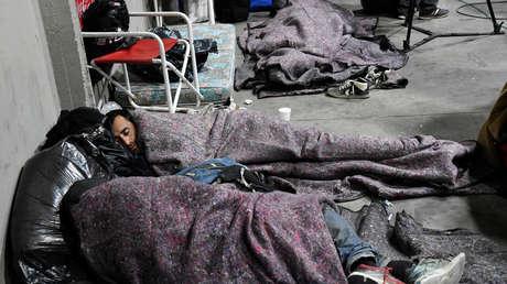 Personas sin techo duermen en el estadio Monumental de Buenos Aires. 4 de julio del 2019.