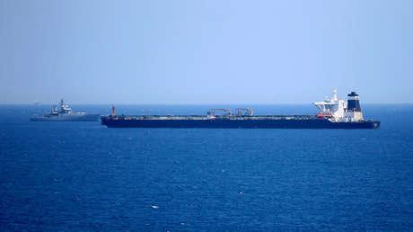 Un patrulla británica junto al petrolero Grace 1 en aguas de Gibraltar, el 4 de julio de 2019.