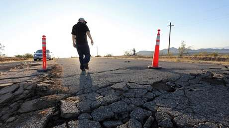 Una carretera dañada por el terremoto del 4 de julio, cerca de la ciudad de Ridgecrest, California, EE.UU.