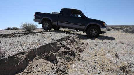 Una camioneta pasa sobre una grieta creada por un sismo al este de la ciudad de Ridgecrest, California.