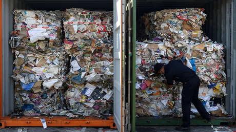 Un oficial de aduanas inspecciona contenedores con basura importada de Australia en el puerto de Tanjung Perak, Java Oriental, Indonesia, 9 de julio de 2019.