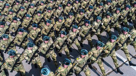 Cadetes rusos durante un ensayo del desfile militar, en la localidad Alábino, Rusia, el 5 de abril de 2019.