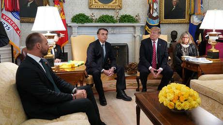Eduardo Bolsonaro junto a su padre y el presidente Donald Trump. 19 de marzo, Washington.