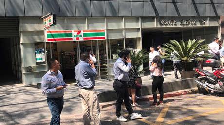Personas aguardan en la acera tras un sismo en Ciudad de México, el 22 de abril de 2019.