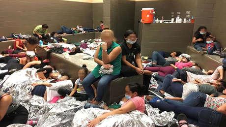 Personas hacinadas en un Centro de la Patrulla Fronteriza, Weslaco, Texas, EE.UU.
