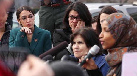 Las congresistas demócratas Alexandria Ocasio-Cortez y Rashida Tlaib se emocionan con el relato de su colega Ilhan Omar, Washington, EE.UU.