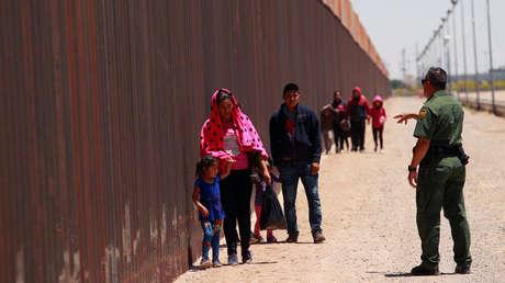 Migrantes centroamericanos se entregan a un agente de la Patrulla Fronteriza de EE.UU. en El Paso, Texas, el 15 de mayo de 2019.