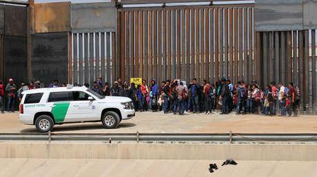 Migrantes centroamericanos son detenidos por agentes de la Patrulla Fronteriza y Aduanas de EE.UU. en el muro fronterizo en Ciudad Juárez, México, el 7 de mayo de 2019.