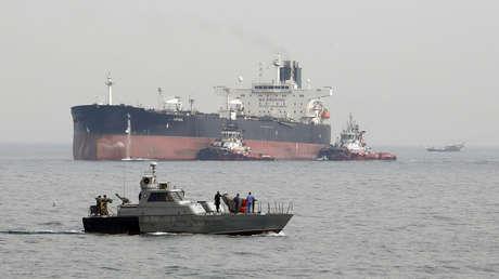Una lancha rápida militar iraní frente a un petrolero en el golfo Pérsico, foto de archivo