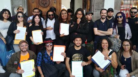 Personas tras realizar el proceso de apostasía en Quito, Ecuador.