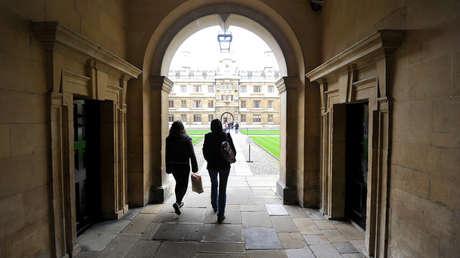 Estudiantes pasean en el interior de la Universidad de Cambridge en una foto de archivo.